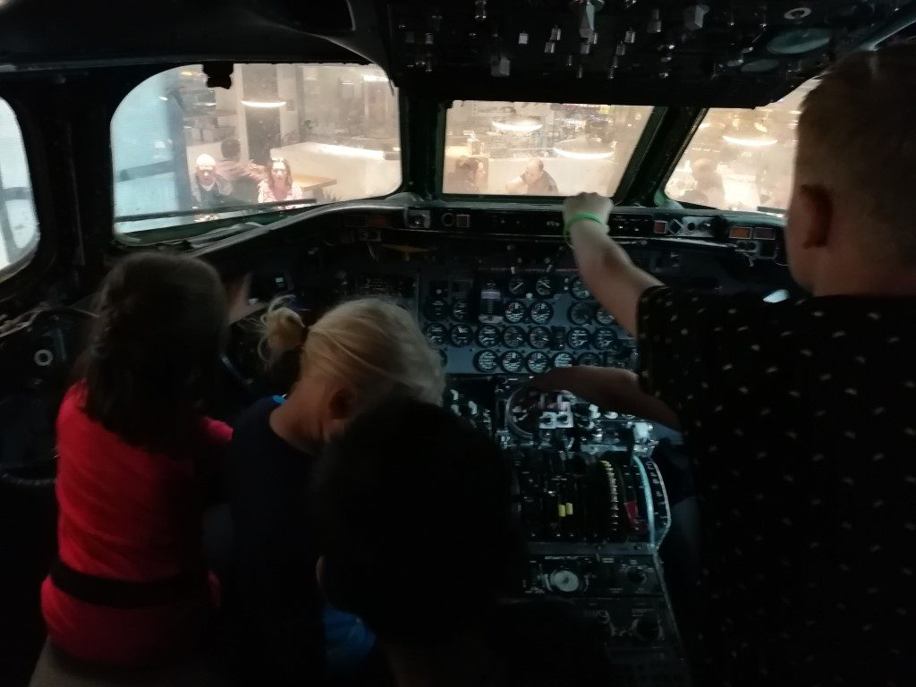 Schiphol met kinderen - Kijkje in de cockpit