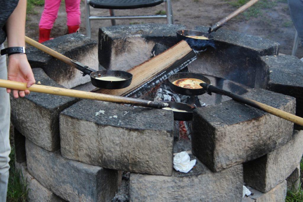 Pannenkoeken bakken boven kampvuur vuurkorf