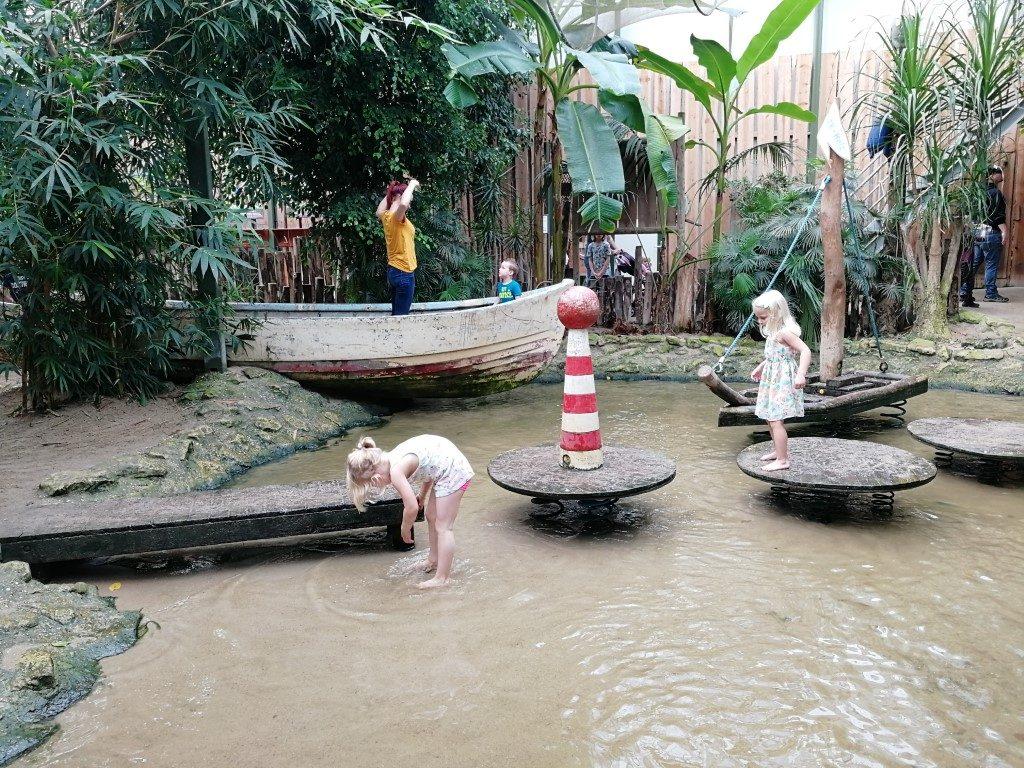 Berkenhof Tropical Zoo met kinderen. Toffe indoor speeltuin met strand.