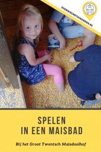 Spelen in een Maisbad - Groot Twentsch Maisdoolhof in Twente